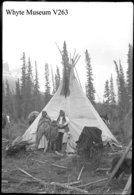 Indians & teepees, family