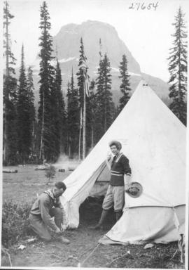 Alpine Club camp scenes, Summit Lake, Yoho Valley / 27654